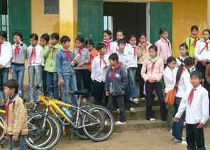 Schulbesuch auf Ban Sen Halong Bucht