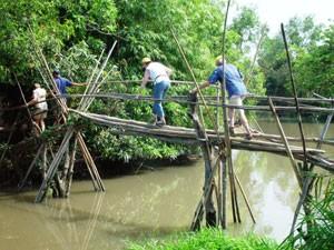 Fußgängerbrücke im Mekong-Delta