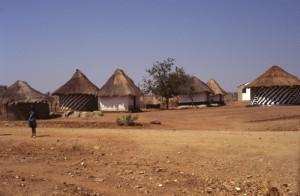 Strasse von Karoi nach Binga, gepflegtes Dorf