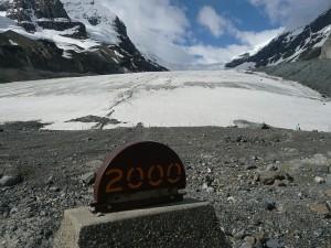 Athabsca Glacier mit Markierung Jahr 2000