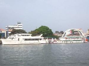 Das Ufer mit weiteren Ausflugsbooten vom Boot aus gesehen.