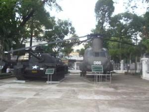 Kriegsmuseum in Ho Chi Minh City in Vietnam mit Hubschraubern und Panzern