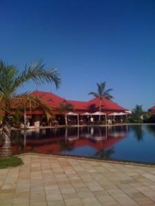 Sicht auf den Pool und das Haupthaus des Tamassa Resorts.