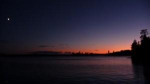 Sicht vom Hausboot über das Wasser auf die wunderschöne Abenddämmerung