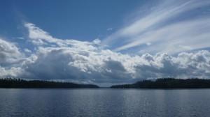 Blauer Himmel über der Wildnis Kanadas