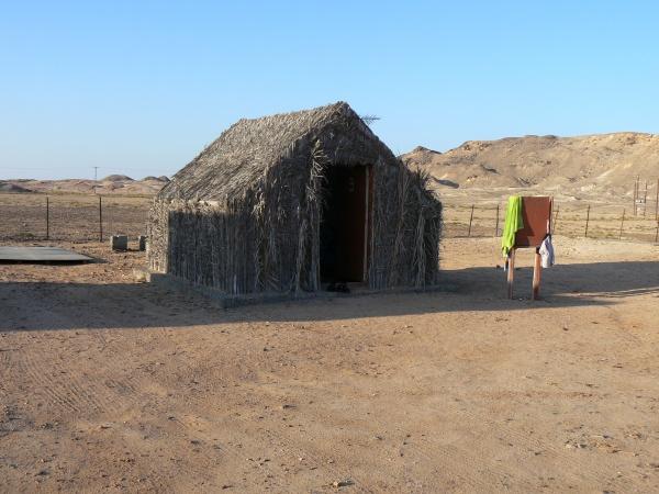 Ein aus Dattelpalmen erbautes Zelten im Zeltcamp Al Naseem.