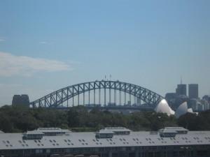 Blick über die Dächer auf die Sydney Harbour Bridge