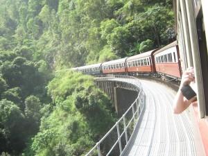 Fahrt mit dem Zug durch den tropischen Regenwald Australiens