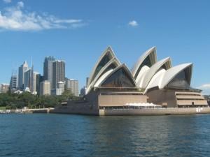 Blick vom Wasser auf die Sydney Oper