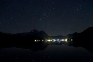 Blick über den Altausseersee auf Altaussee bei Nacht