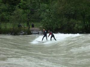 Stehende Flußwellen eignen sich hervorragend zum Surfen