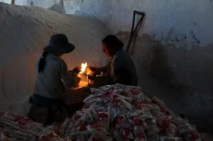 Kinder beim Salz einpacken