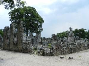 Die Ruinen von Panama La Vieja tronen vor den Wolkenkratzer der Hauptstadt