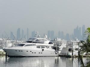 Luxusyacht mit Panama City Skyline im Hintergrund