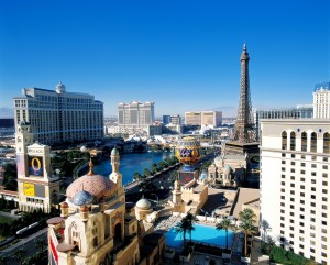 Mitten in der Wüste Nevadas erhebt sich das bunte Spielerparadies von Las Vegas.