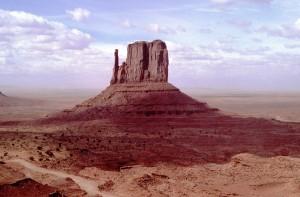 Auf einer Wandertour durch das Monument Valley erheben sich immer wieder die gigantischen Tafelberge aus der flachen Landschaft.
