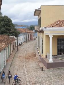 Einfache Häuser im spanischen Kolonialstil an einer typischen Gasse