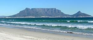 Am Strand mit Sicht auf den Tafelberg