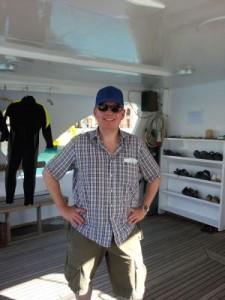 Der Reiseblogger auf dem Tauchboot