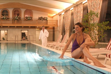Das Schwimmbad im Wellnesshotel in Häusern