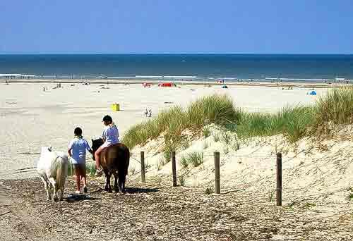 Der Sandstrand ist 500 m breit und dreissig Kilometer lang