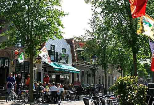 Flanierrmeile mit Cafés und Kneipen in Midsland.