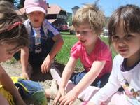 Kinder lernen schnell den Kontakt zu einheimischen Kindern und können von ihnen lernen.