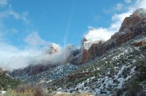 Die Wolken verziehen sich aus den Gipfeln des Zion National Park