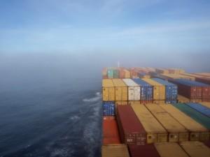 Der mystische Nebel während einer Reise mit dem Frachtschiff
