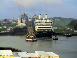 Mit Frachtschiffreisen durch die Seenlandschaft des Panamakanals
