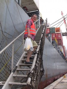 Nach einem Landgang zurück an Bord der Frachtschiffreise