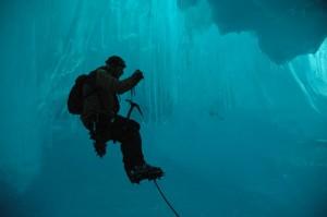 Eisklettern in einer Höhle in der Antarktis