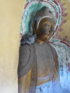 Buddhastatue mit Taube auf der Schulter