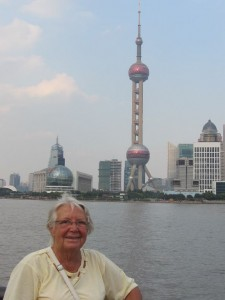 Edith vor dem Pearl Tower