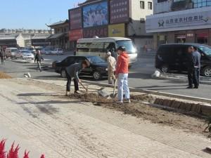 Mitarbeiter des Hotels beim Strassenbau