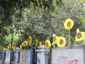 künstliche Sonnenblumen