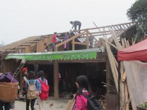 ein Dach wird gedeckt
