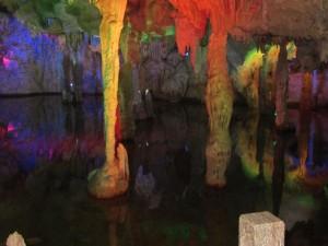 bunt beleuchtete Drachenhöhle