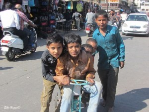 Kinder mit ihrem Fahrrad