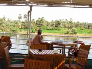 Blick vom Sonnendeck auf den Nil
