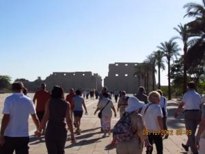 Touristen am Karnak Tempel