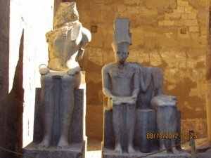 Sitzende Statuen im Luxor Tempel
