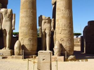 Riesige Statuen im Tempel von Luxor