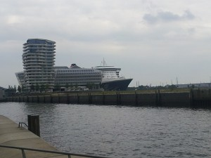 Queen Mary 2 Cruise Center Hamburg