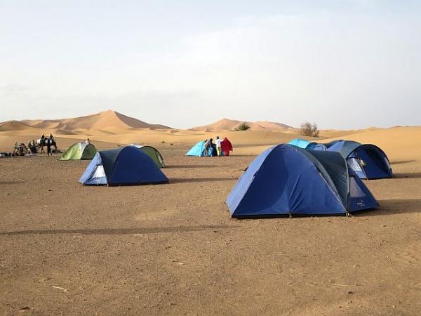 Camping in der Wüste beim Kamel-Trekking in Marokko