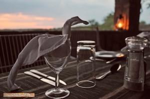 Am Mandavu Stausee im Hwange Nationalpark -Abendbrotstisch
