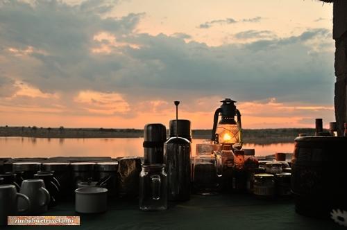 Sonnenuntergang am Mandavu-Stausee