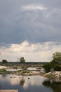 Gewitterwolken ballen sich am Sambesi-Fluss