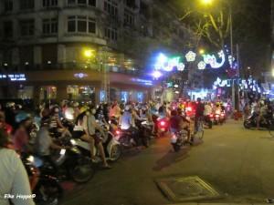 Mopedfahrer bei Nacht in Saigon