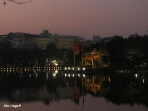 Pavillon der Goldenen Schildkröte bei Nacht